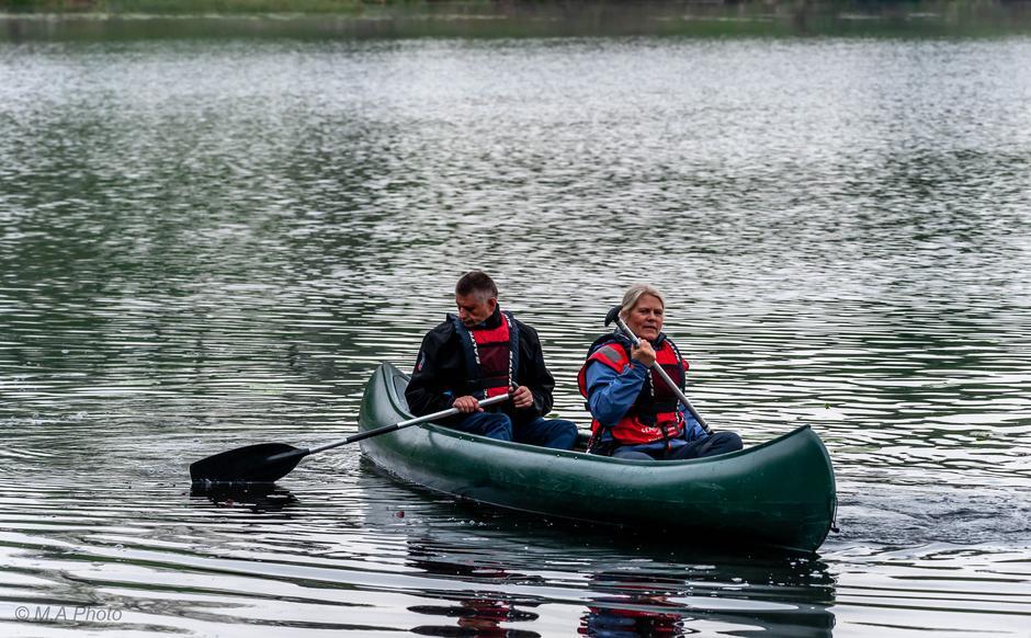 Ellen og Trond koser seg i kano