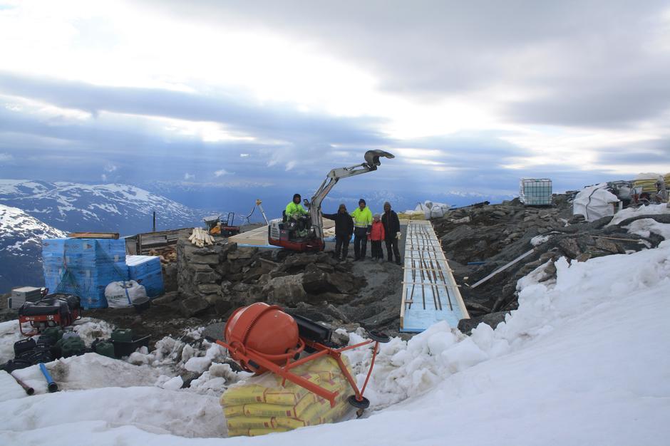 Bjørn S. Vike og resten av håndverkerne er godt i gang med byggingen.