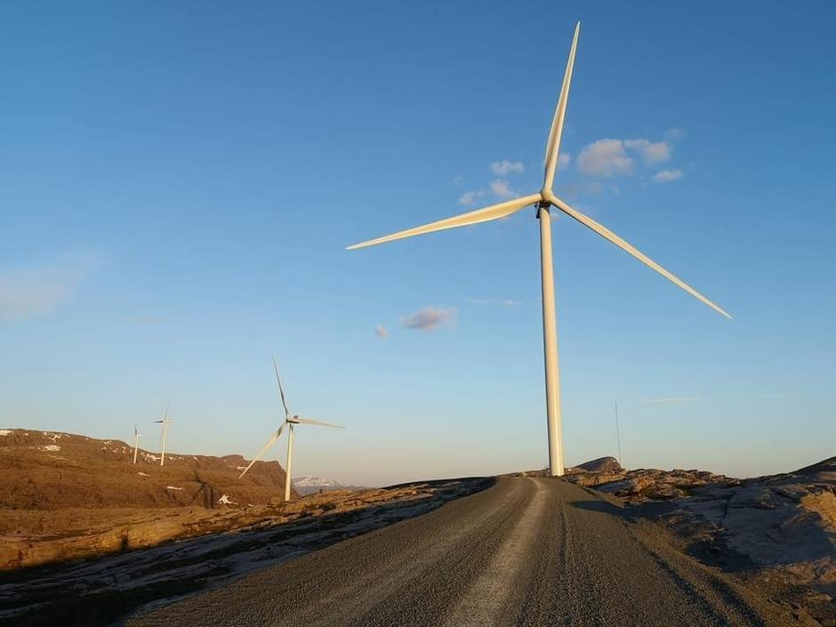 De viktigste årsakene til reduksjonen i inngrepsfri natur fra 2013 til 2018 var bygging av veier og ulike typer energianlegg. Energianlegg omfatter anlegg for produksjon og transport av energi, slik som vannkraft, vindkraft og større kraftlinjer.  (Miljødirektoratet) Kjelder: Miljødirektoratet, https://miljostatus.miljodirektoratet.no/tema/naturomrader-pa-land/inngrepsfri-natur/ (09.04.21)