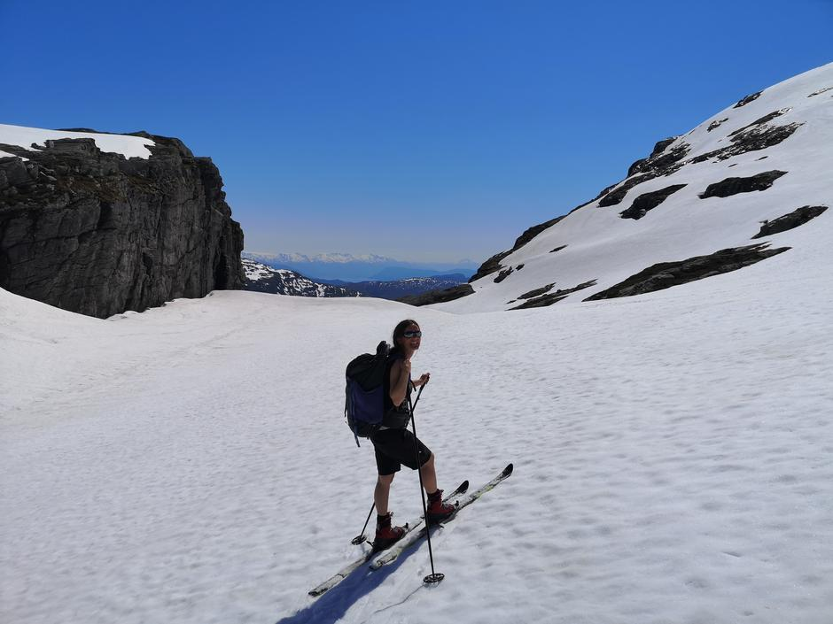 På vei tilbake før oppstigning mot Iendefjell, med flott utsikt sørover