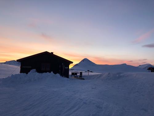 Åpner for aktiviteter, men hyttene fortsatt stengt