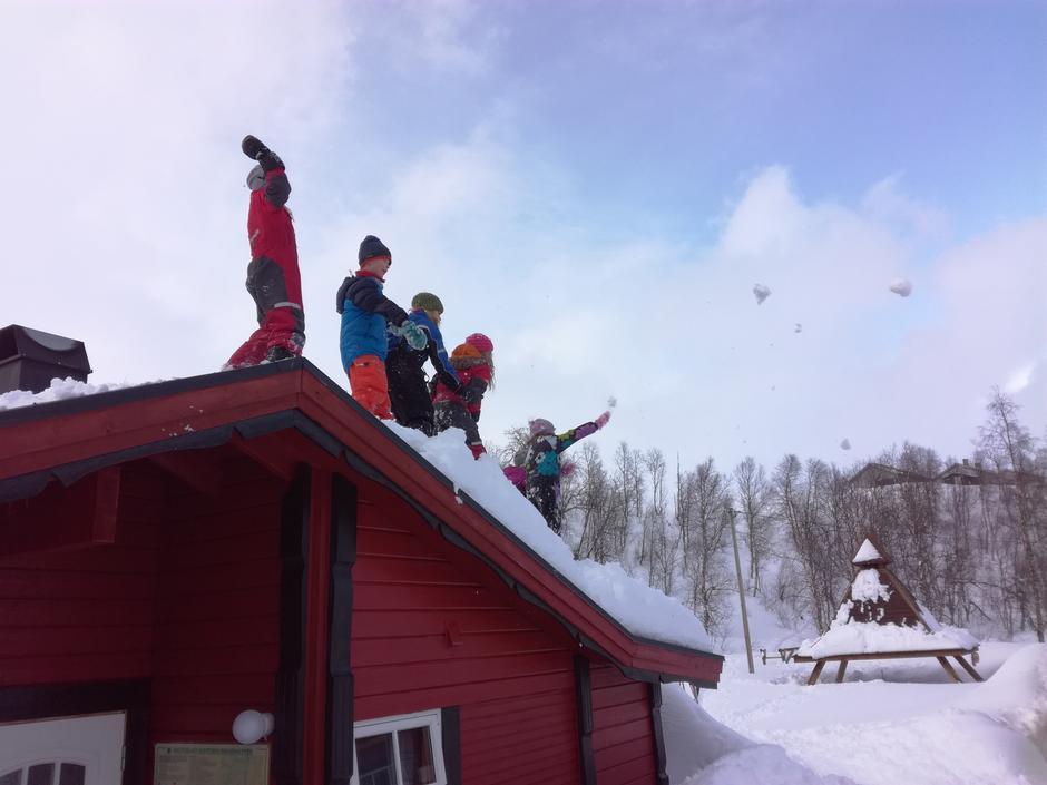 Hopping fra tak og snøballkrig. Det er godt å være ute!