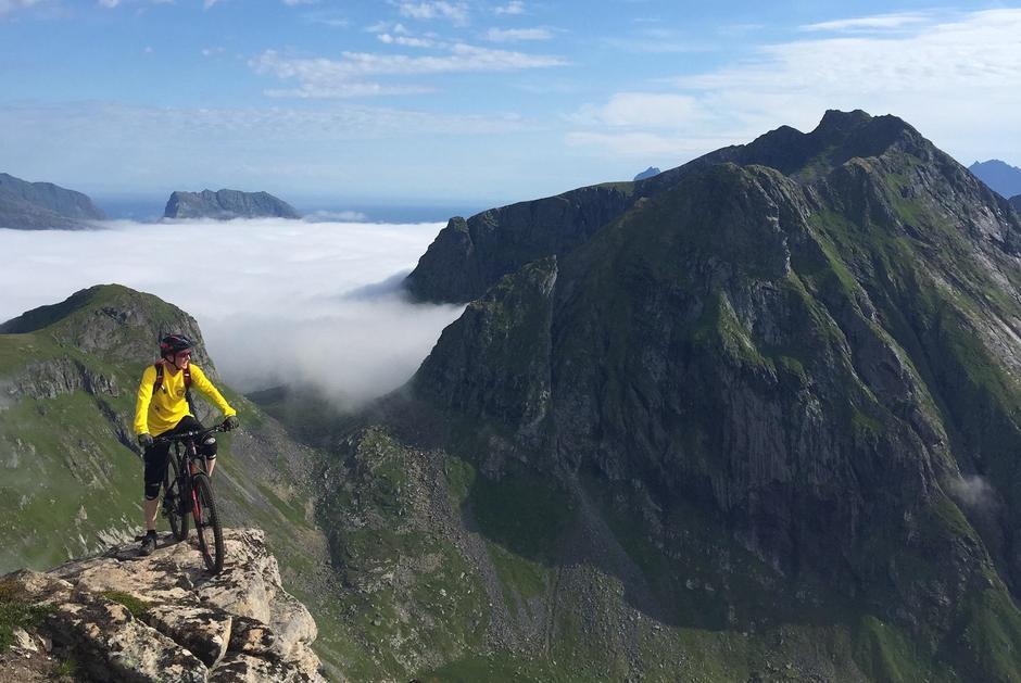 Terrengsykling i Lofoten på fjellet Ryten ca. 504 moh.