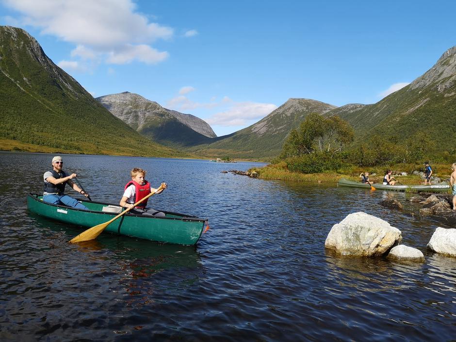 Stian Fugledal Kvarsnes og Theodor Fugledal Kvarsnes i kano på Selsetervatnet i Skorgedalen under Kom deg UT-dagen 01.09.19.