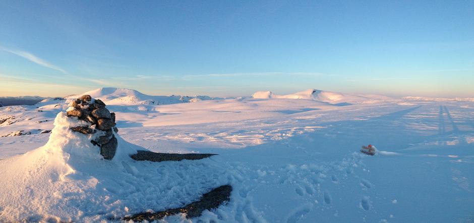 Mjelkhaug i vinterdrakt. Utsyn nordover mot Englafjell og Ulvanosa.