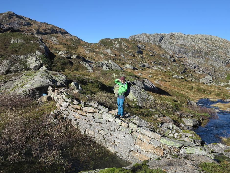 Fin steinbro mellom Øvre og Nedre Krokavatnet