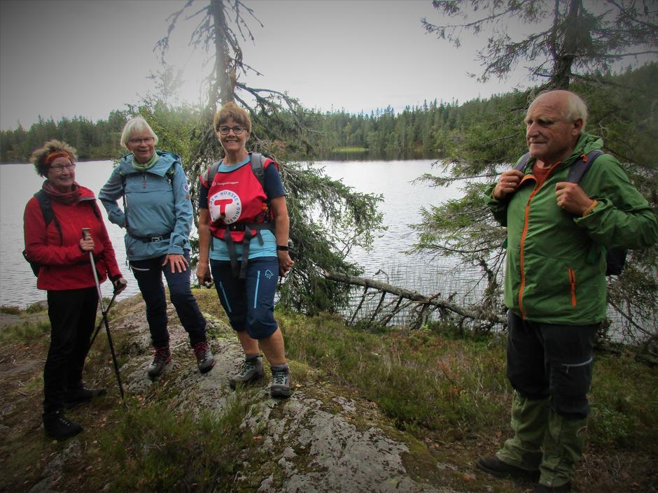 Turleder Bente Christine Eriksen sammen med fornøyde deltakere.