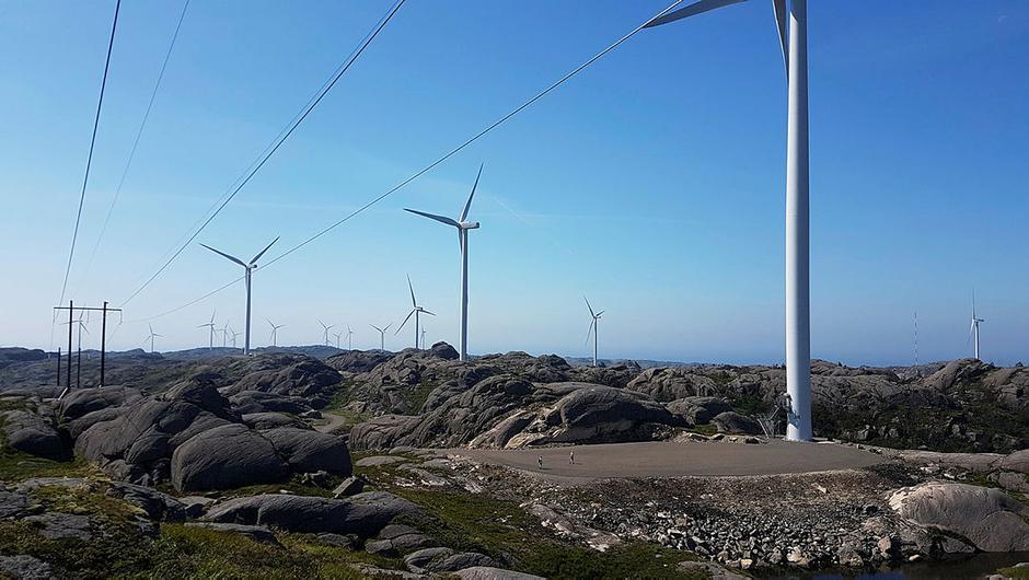 To turgåere på vei mot en av turbinene i Egersund vindkraftanlegg.