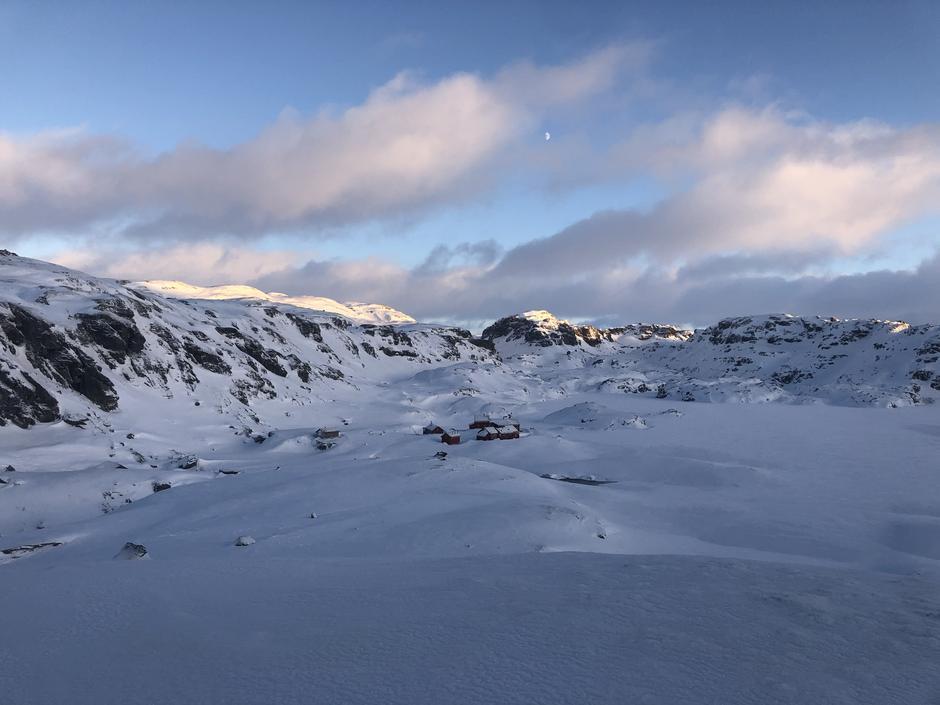 Stranddalshytta 4 januar.  Åpne elver helt opp i 1000 meter. Rundt meteren med snø i Stranddalen.