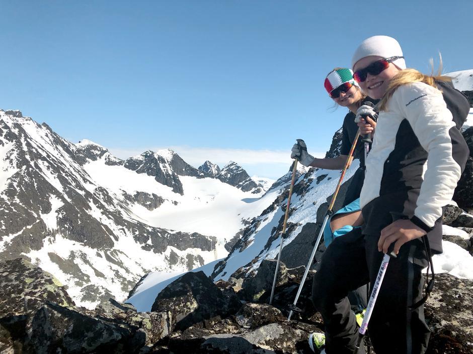 MEKTIG: Fra toppen av Lauvnostinden kan du besikte fantastiske fjell som Store Ringstind, Austanbottstindane og Soleibotntinden.