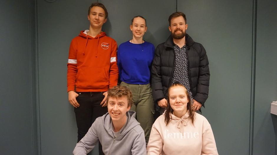 Fra venstre bak: Karl Johan Evensen (styremedlem), Marga Doelman (leder), Sindre Bø (nestleder). Fra venstre foran: Fredrik Krätzel (styremedlem) og Turid Løvli (styremedlem).