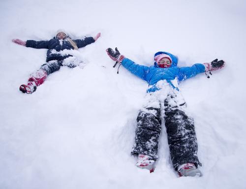 I riktig myk snø er det deilig å lage engler i snøen.