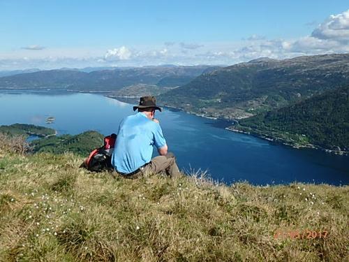 Frå topp til topp rundt Hindenesfjorden