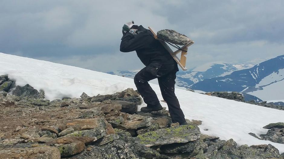 Sherpaer er med å bygge grunnmuren på gamlemåten.