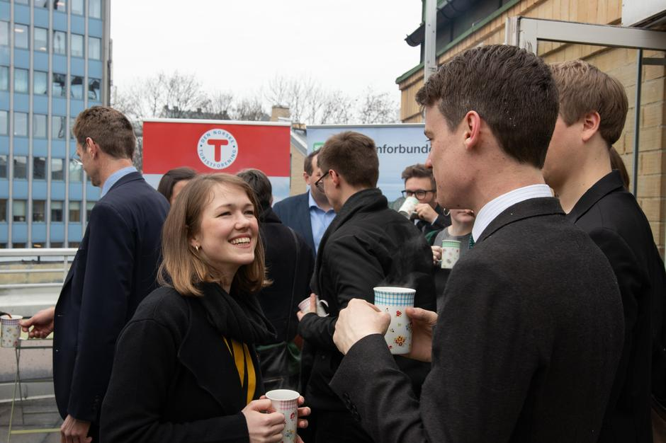 Une Bastholm fra MDG og Tore Storehaug fra KRF feiret det varige vernet av Øystesevassdraget med lokal Øystese-kaffe.