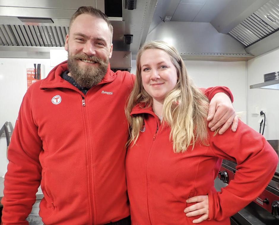 Avtroppende kjøkkensjef, Allan Nielsen, sammen med Jessika Svensson, vår nye lederstjerne på kjøkkenet.