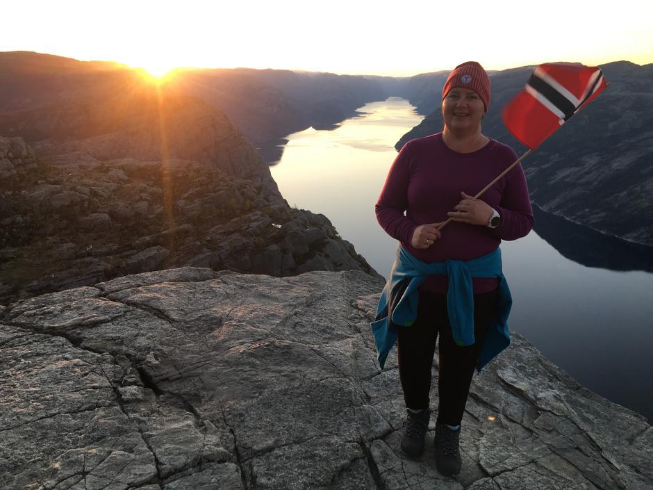 Bestyreren på Gramstad, Mona K. Lende Pedersen, tok feiringen til nye høyder i fjor, overnattet ute og opplevde en magisk soloppgang på Preikestolen.