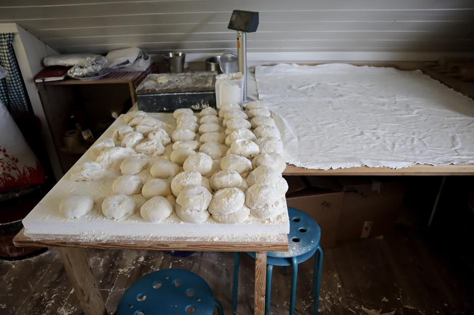 På gårdsbakeriet bakes det pizzabunner, knekkebrød, flatbrød og kling