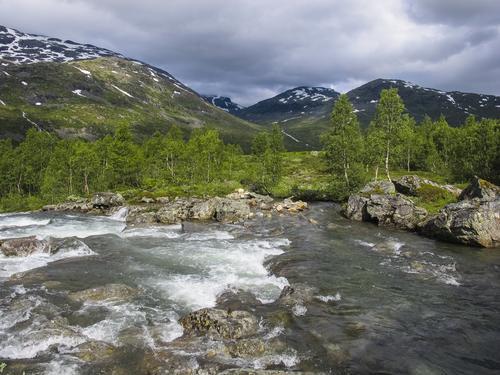 På vei opp Gjertvassdalen med Skogadalen i bakgrunn (vi går motsatt vei)