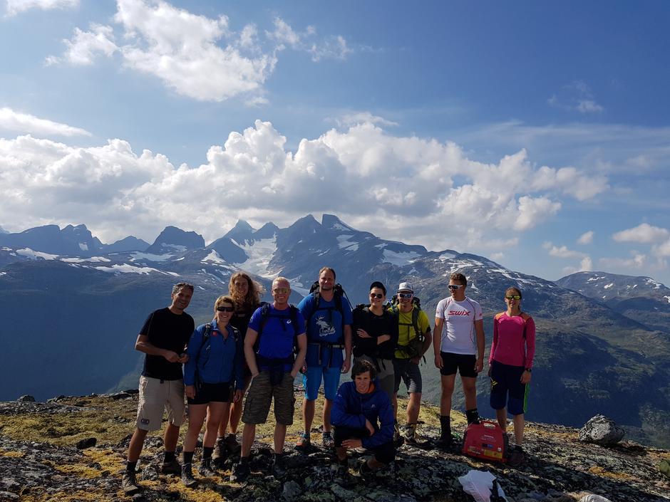 Link Team 3 på toppen av Hurrungbresten, en av stedene NRK plasserte linker for å kunne sende TV-signaler fra Monsen på tur.