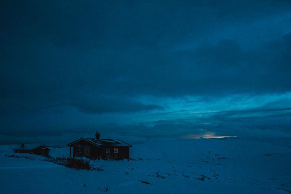 Siste rest av dagsljoset den 1. desember. Oskampen er ei sjølvbetjent hytte som ligg like ved Langsua nasjonalpark. Hytta ligg i Nord-Fron kommune, like ved kommunegrensa til Vågå.
