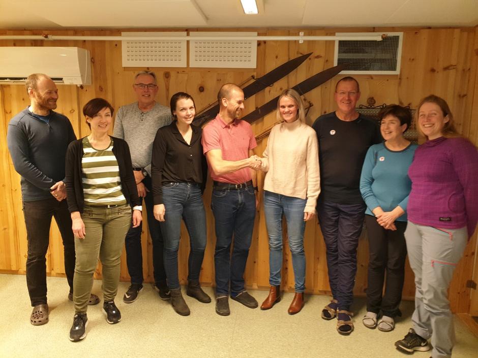 En fornøy gjeng ifm signering av avtale. I midten tv Frode Støre Bergrem, daglig lede i TT og th Hege Møllevik, markedssjef i Adressa.