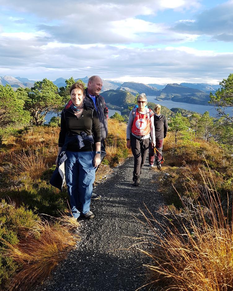 Turleiarane frå Flora Turlag tok oss med på god sti frå Brandsøy