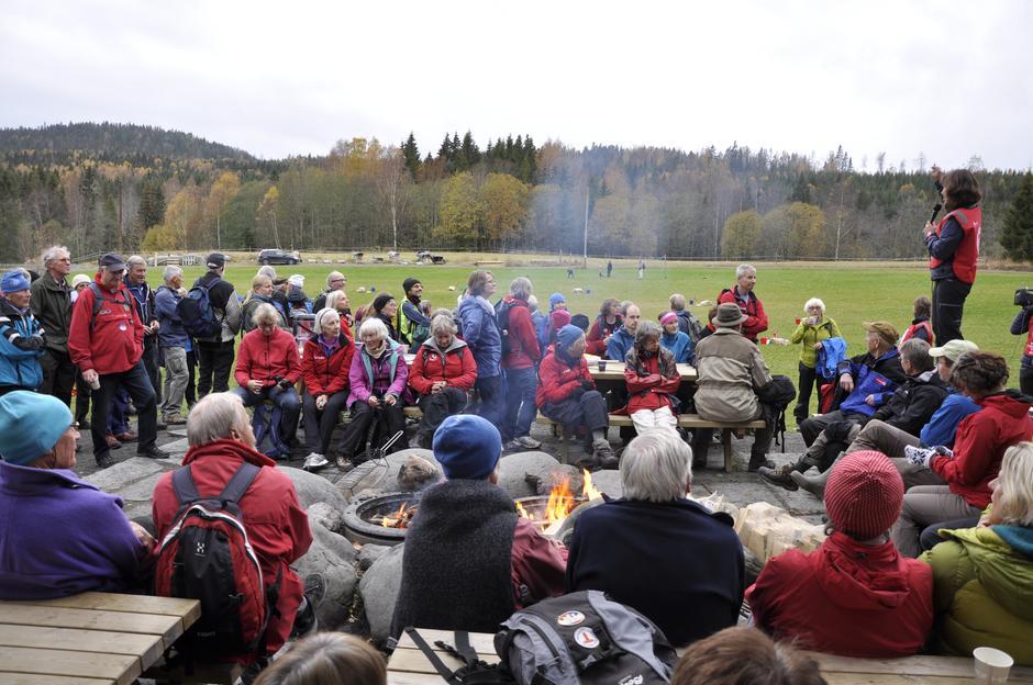 Hanne forteller om leker og konkurranser. I dag får de frivillige være deltakere!