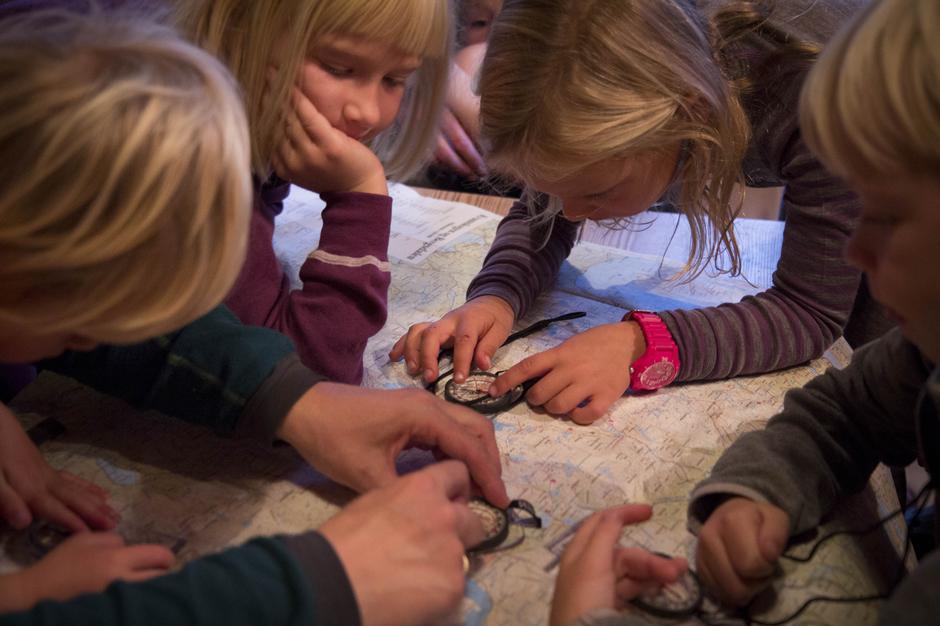 Barn lærer kart og kompass på Alexander Grieghytten i Bergsdalen.