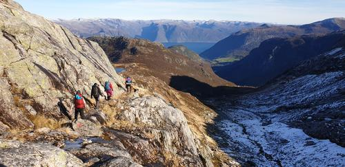 Vandring på fjellhyller langs Brydalsfjellet mot Sognefjorden.
