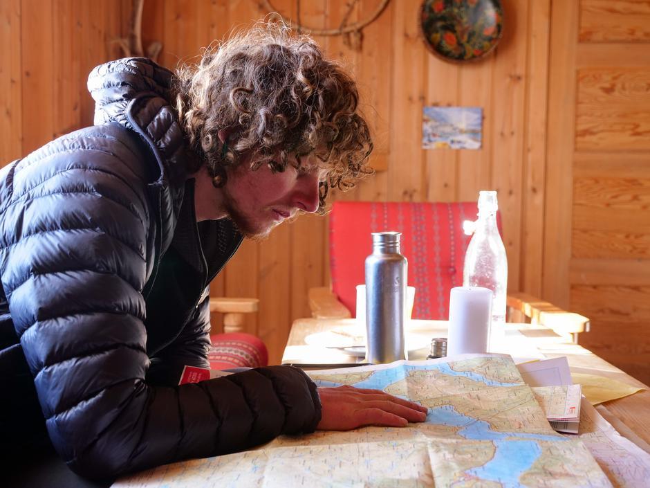 Den unge vandreren har kost seg på Mogen Turisthytte med god mat og vakker natur rett utenfor hyttedøra.