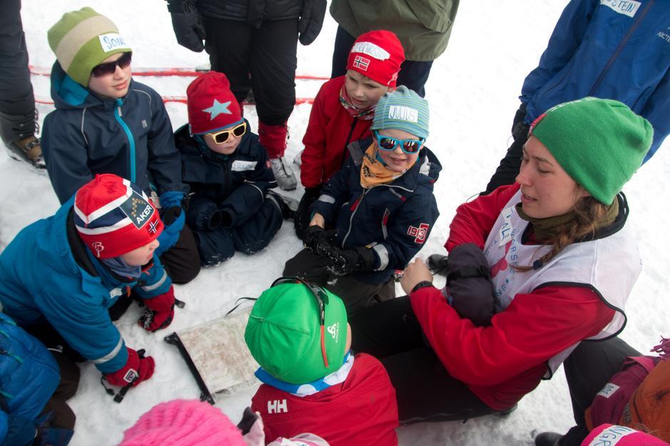 Barna samles rundt kartet for å se på dagens mål.