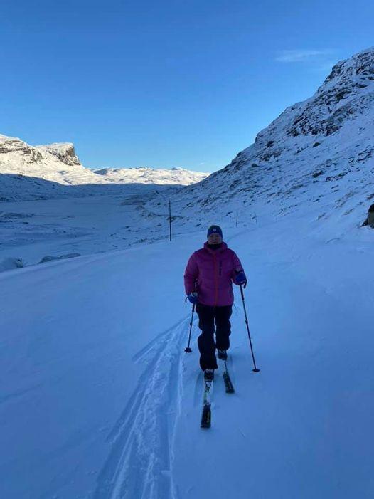 Fremdeles litt lite snø i terrenget. Men både den gamle og den «steingamle» veien over Dyrskar er gode alternativ for dem som ikke vil risikere riper i ski