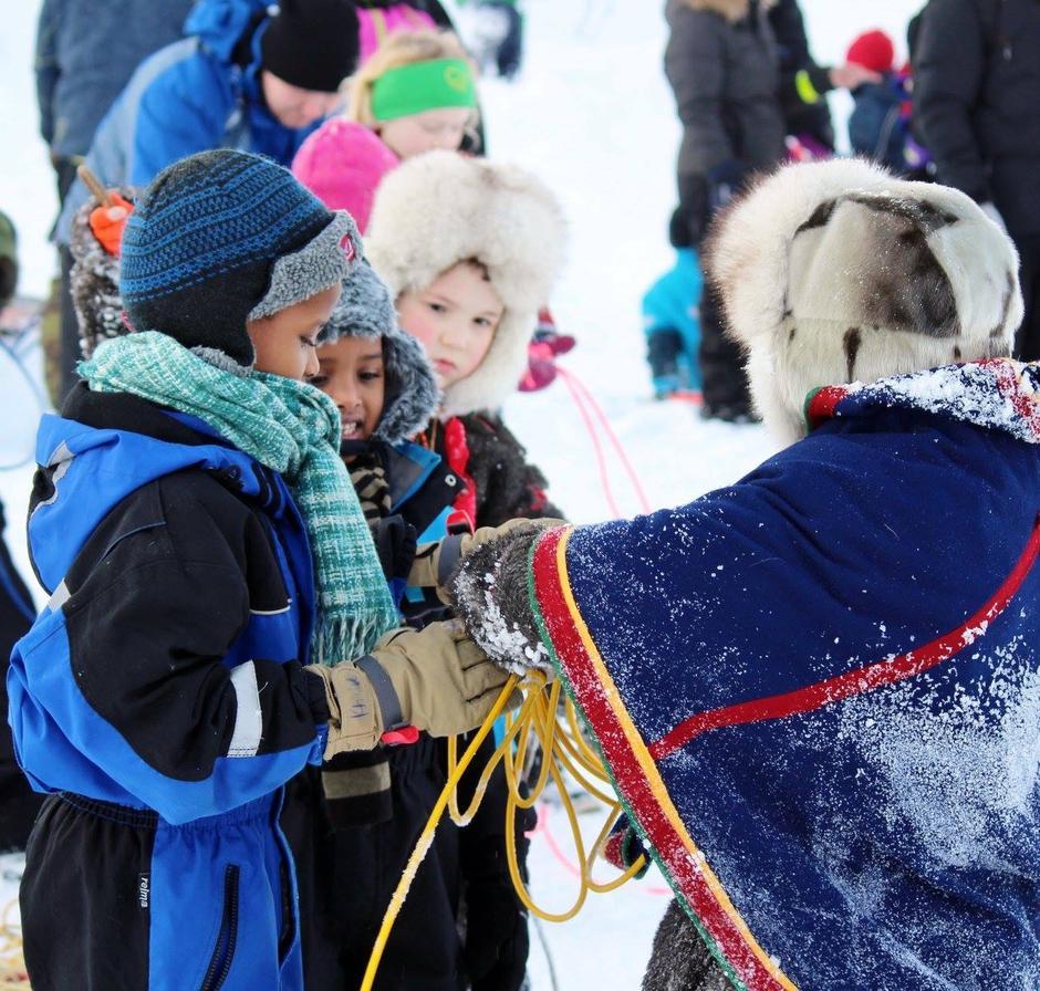 Barna får instrukser om lassokasting på Kom deg ut-dagen 7. februar 2016.