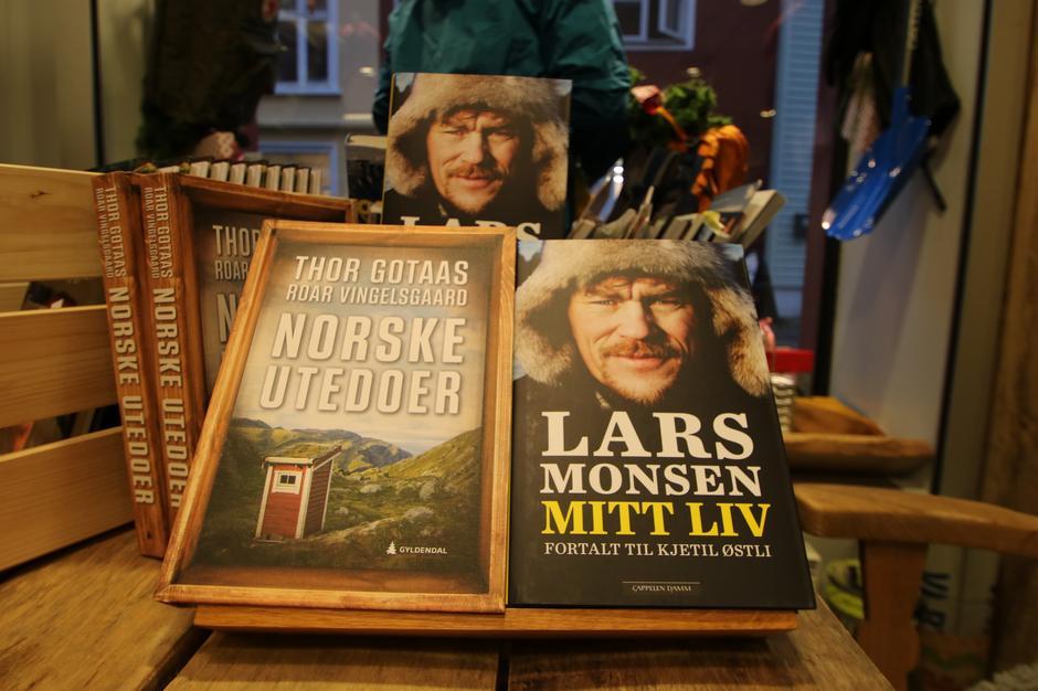 To hits under juletreet: Norske utedoer og Lars Monsens biografi finner du i tursenteret.