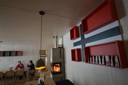 Må jeg booke seng, er det mat på Høgevarde, er kafeen åpen?