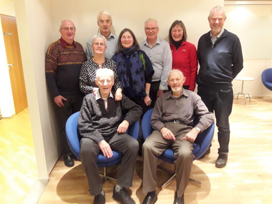 Carl sammen med 7 av de andre æresmedlemmene og styreleder under feiring av Harald Buvik sin 90-årsdag