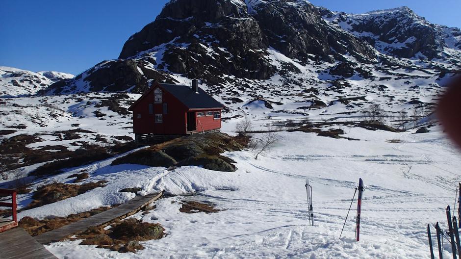 21..April Blåfjellenden snøen smelter rundt hytta, mer enn nok snø i høyden. Får vi ei normal mai, så er det barmark fra ca 10 juni.