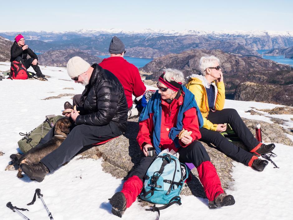 Både utsikt og matpakke nytes på toppen av Undeknut 440 moh.