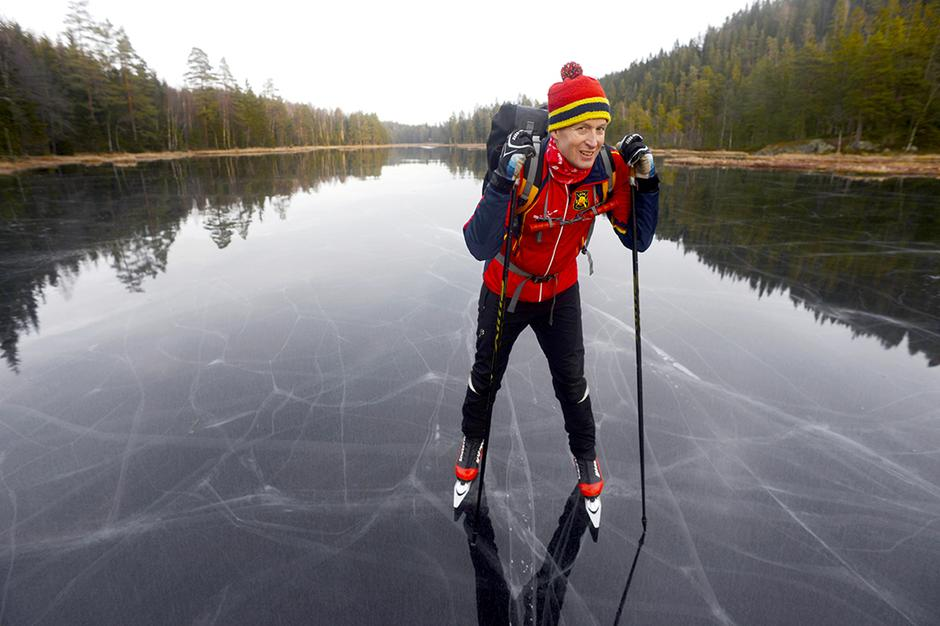SIKKERHET: Rundt halsen har Øystein Grande ispigger med fløyte. Skulle han gå gjennom isen, er de et viktig hjelpemiddel for selvberging.