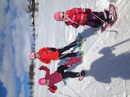 På Svsrthamar på Ål er det perfekt å gå på truger for store og små! Tiril (3), Vilde (5) og Ingrid (7) går lett på sine truger!