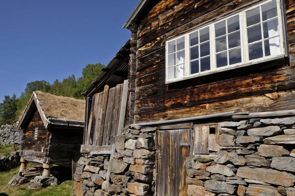 Spennende å komme til den gamle høydegården Nedbergo i Aurland.