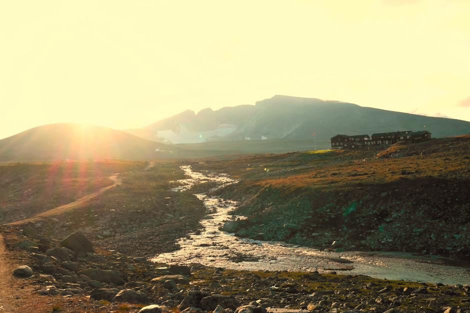 """""""Ingen sommer uten fjell, svette og gnagsår!"""" På bildet ser vi Snøhetta og Snøheim i nydelig solnedgang. Snøheim byr på det beste DNT har å by på av """"DNT-hytteliv"""". Anbefaler alle å ta et besøk på hytta. Kombiner det gjerne med en av turene til Snøhetta."""