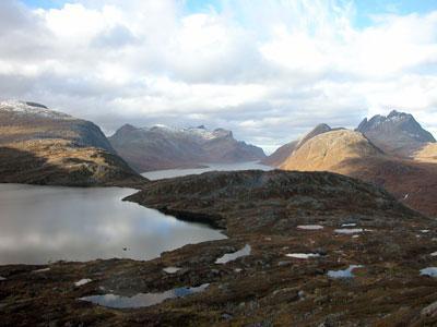 Utsikt fra Martamostevatnet og nordover ut Mefjorden. Breitinden helt til høyre.