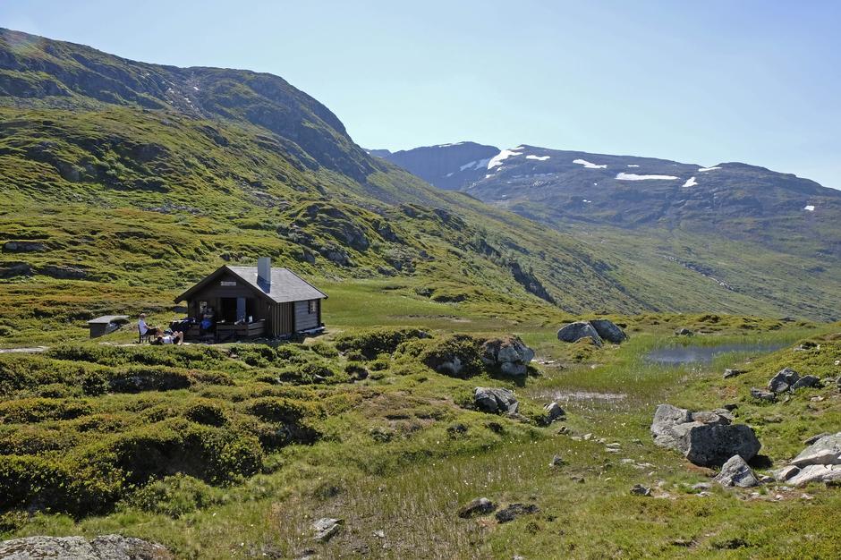 Jashaugbu - liten hytte i stort landskap.