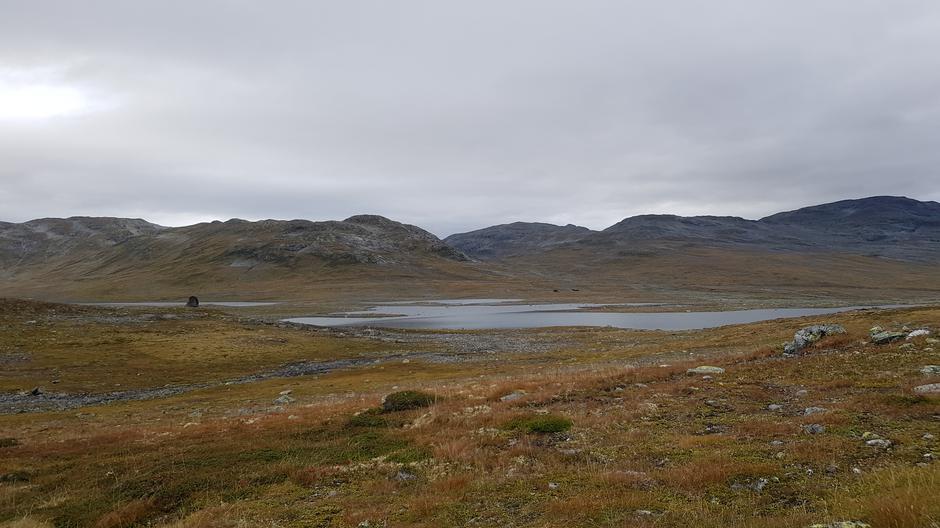 Ved Grindafletvatni 1082 m.o.h. Hyttene skimtes så vidt midt i bildet.