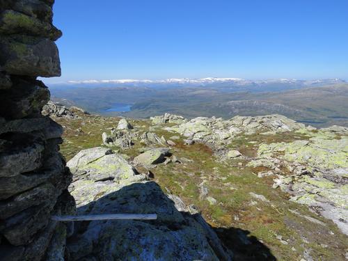 Utsikt frå Kupefjellet mot Vonavatnet i det fjerne.