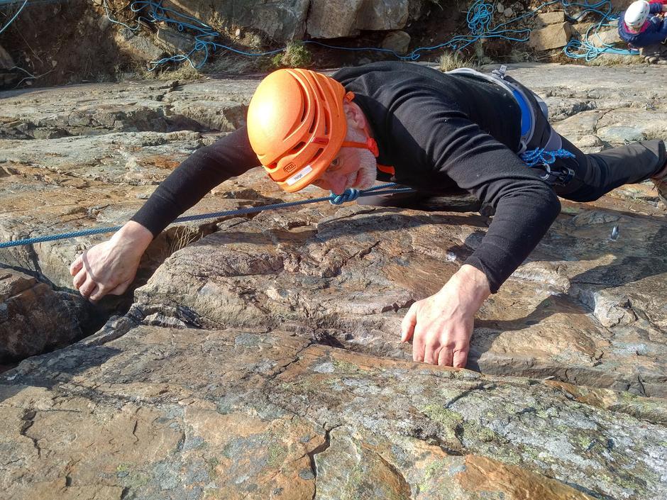 Helge Øi (77) er på klatrekurs for å lære elementære klatreteknikker. Han vil på Storen og Stetind før han fyller 80.