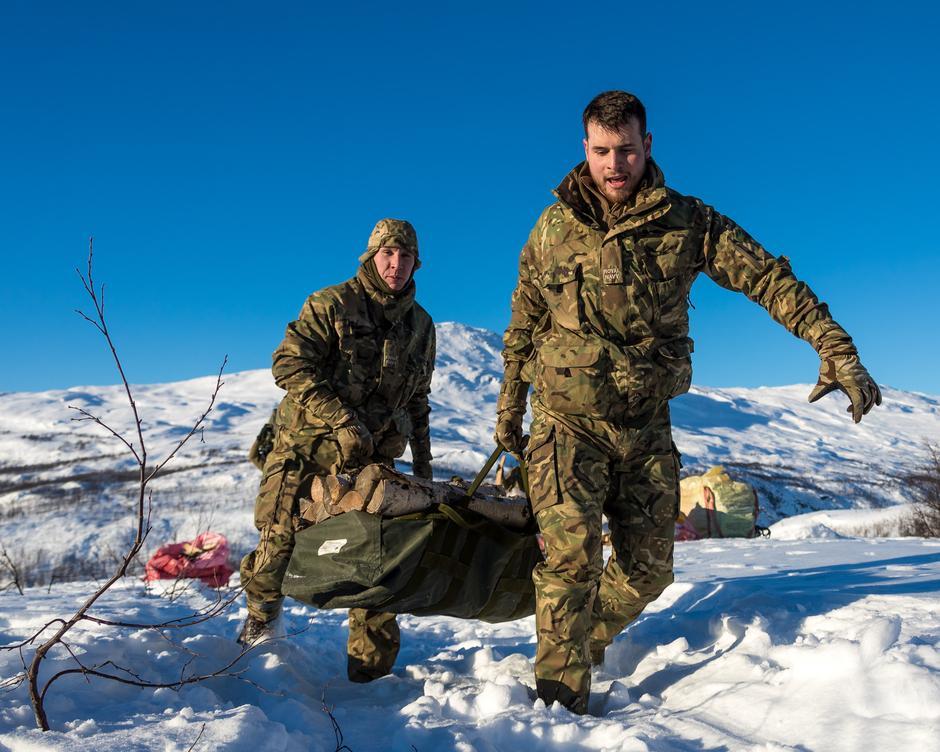 Samarbeid: Fra venstre: Able Seaman Styles og Able Seaman Walker fra 845 Naval Air Squadron i aksjon.
