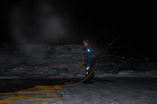 Menge gode hjelpere i sving på isen